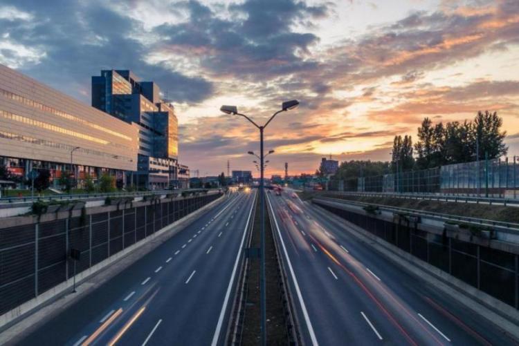 Stadtautobahn in der Dämmerung