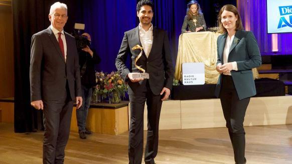 """FFG-Geschäftsführerin Henrietta Egerth (rechts) und FFG-Geschäftsführer Klaus Pseiner (links) gratulieren Jama Nateqi, dem """"Österreicher des Jahres"""" in der Kategorie Forschung (Mitte). Foto: Die Presse/Clemens Fabry"""