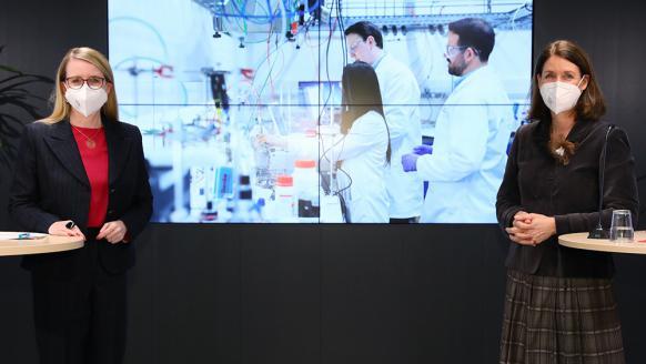 BM Margarete Schramböck und FFG-GF Henrietta Egerth, im Hintergrund Bild eines Labors. Foto: APA/Schecl