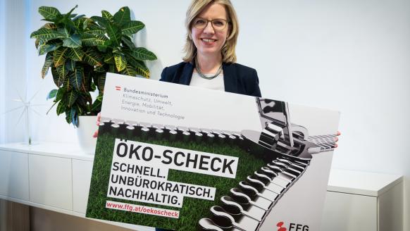 Klimaschutzministerin Leonore Gewessler mit den neuen Öko-Scheck; Fotocredit: BMK/Cajetan Perwein