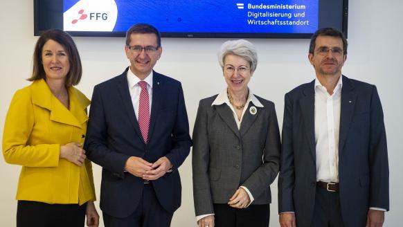 FFG-Geschäftsführerin Henrietta Egerth, Landesrat Markus Achleitner, Ministerin Elisabeth Udolf-Strobl, CIO Gerhard Kreutmayr (FRITZ EGGER GmbH & Co. OG)